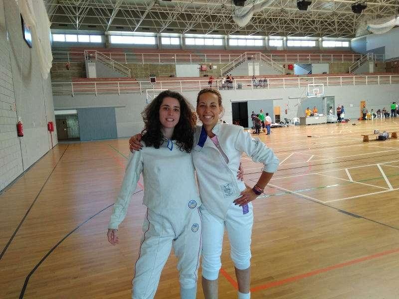 Laura Pérez Aguado de Benetússer, a la izquierda, en el torneo de esgrima de Murcia. EPDA