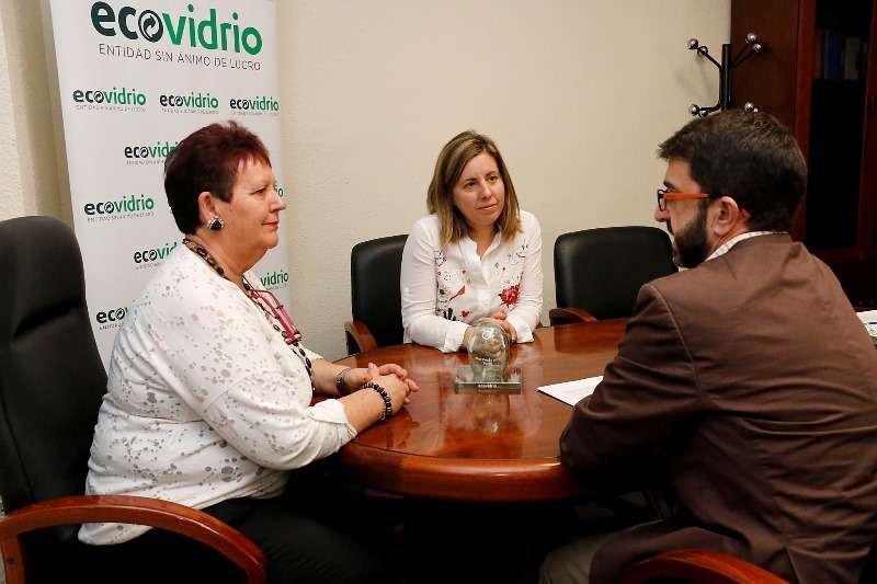 Representantes de Ecovidrio con la alcaldesa de Puçol, Lola Sánchez. EPDA