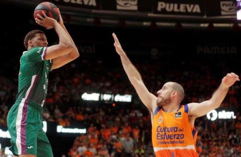 El base del Valencia Basket Quino Colom (d) trata de bloquear al alero del Unicaja Málaga Axel Toupane durante el partido de la quinta jornada de la Liga Endesa. EFE/Kai Försterling