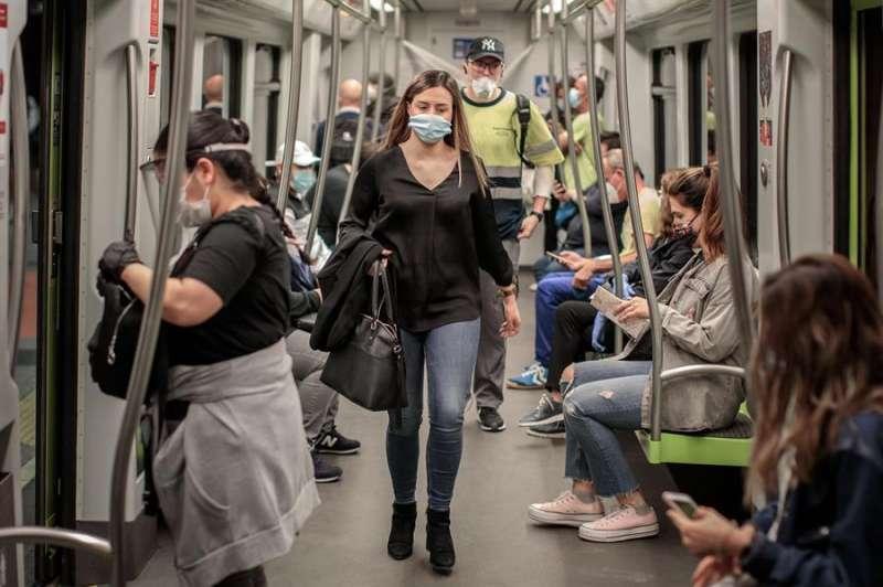 Usuarios del metro de València con mascarilla.
