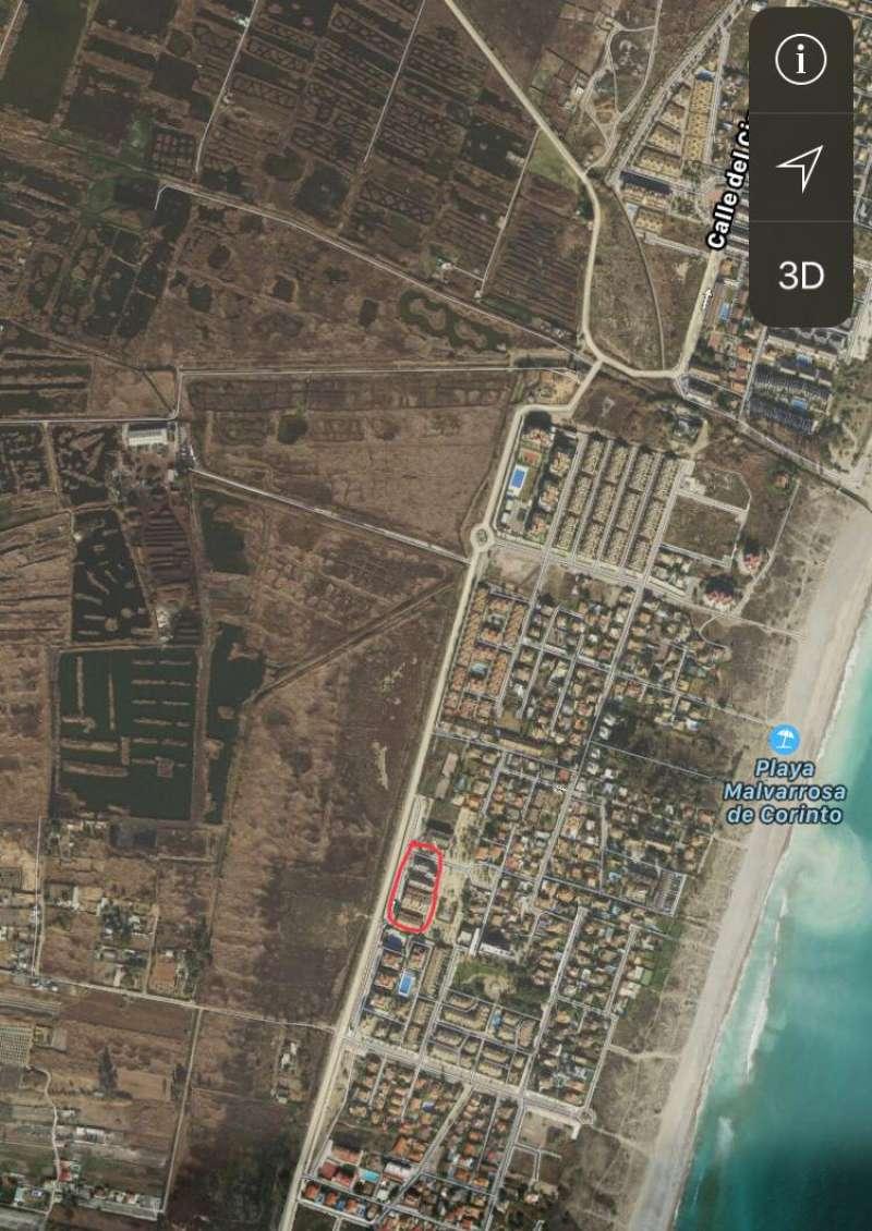 En rojo, la zona donde tiene la vivienda, frente a zona protegida y a metros de la playa. EPDA