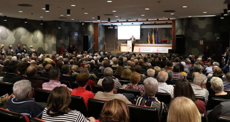 Ros habla ante una auditorio lleno hasta la bandera. EPDA