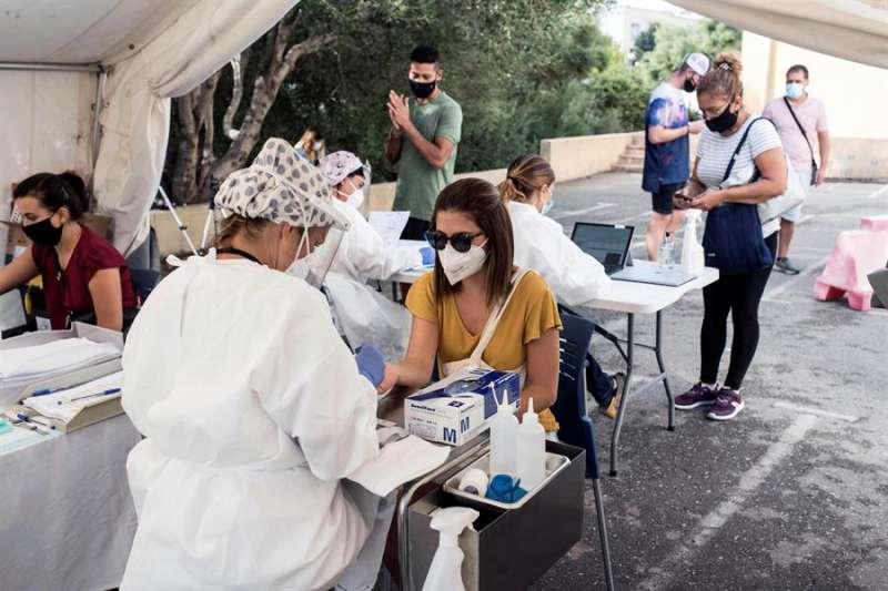 Varias personas se someten a una prueba masiva de PCR. EFE/Archivo