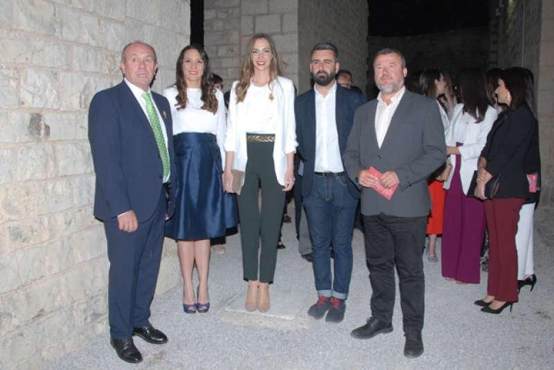 El presidente de la FJFS, las Falleras Mayores de Sagunt y València, el presidente de la Junta Central Fallera y el alcalde de Sagunt en el Teatro Romano. EPDA
