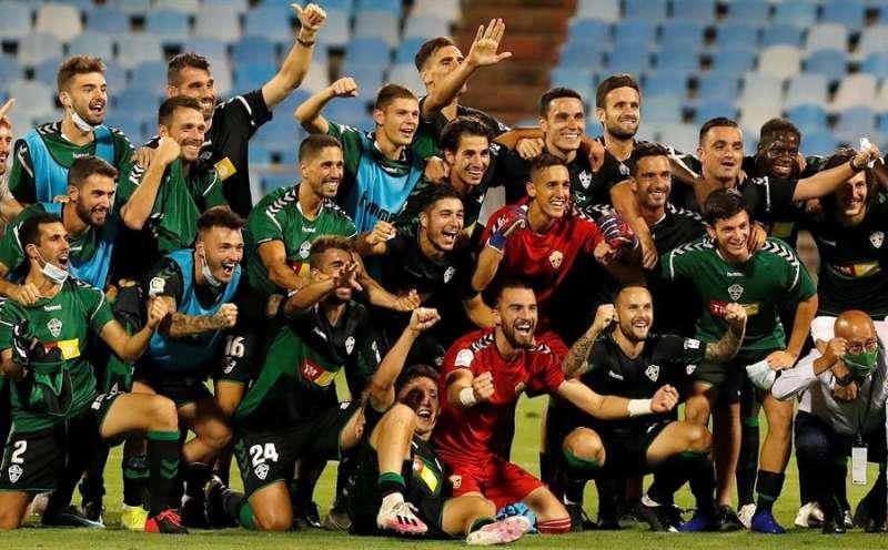 Los jugadores y el cuerpo técnico del Elche posan tras vencer al Zaragoza en el encuentro de vuelta de la primera eliminatoria del Play-off de ascenso a Primera División que Zaragoza y Elche jugaron en La Romareda. EFE/JAVIER BELVER