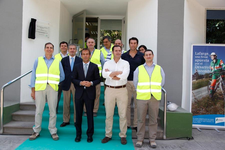 Autoridades municipales y responsables de Lafarge. FOTO EPDA