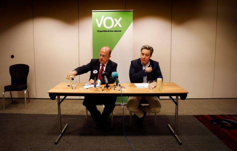 El candidato de Vox a la Generalitat, José María Llanos (d), durante una comparecencia ante los medios de comunicación. EFE/Archivo