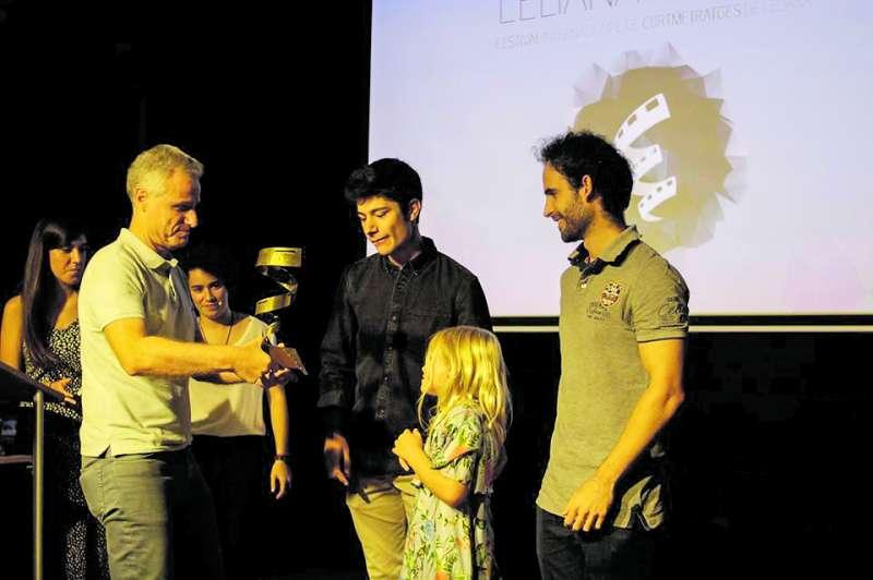Los ganadores recogiendo el premio de manos del alcalde de L