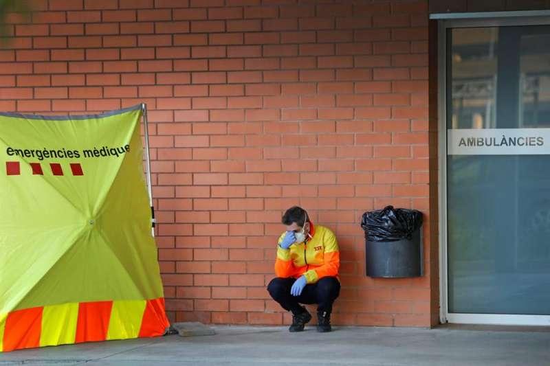 Un sanitario descansa en el exterior del Hospital de Igualada. EFE/Susanna Sáez/Archivo