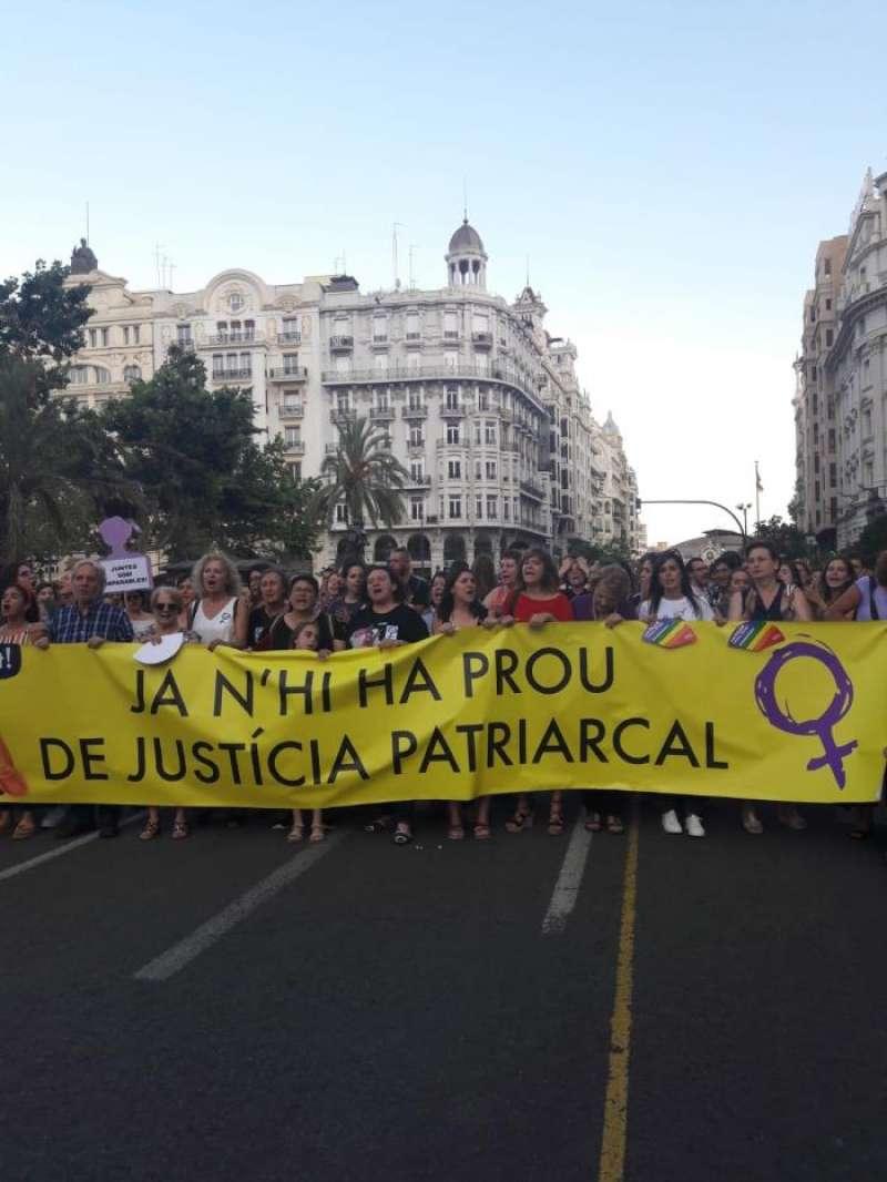 Miembros del movimiento feminista en la manifestación frente al ayuntamiento de València