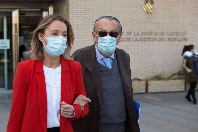 El expresidente de la Diputación y del PP de Castellón Carlos Fabra (en la imagen, acompañado por su hija Andrea,) a su salida de los juzgados de Castellón. EFE