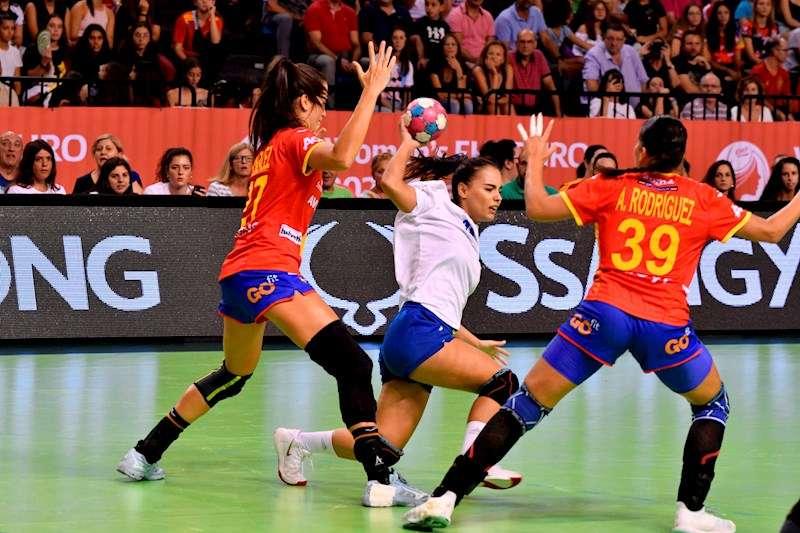 La jugadora de selección femenina griega de balonmano Olimpia Andritsou (c) disputa un balón ante las jugadoras españolas Lara Gonzalez (i) y Almudena Rodriguez (d). EFE