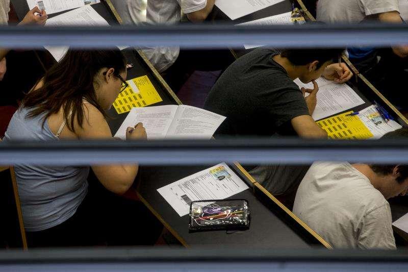 Un grupo de estudiantes durante un examen. EFE/Archivo