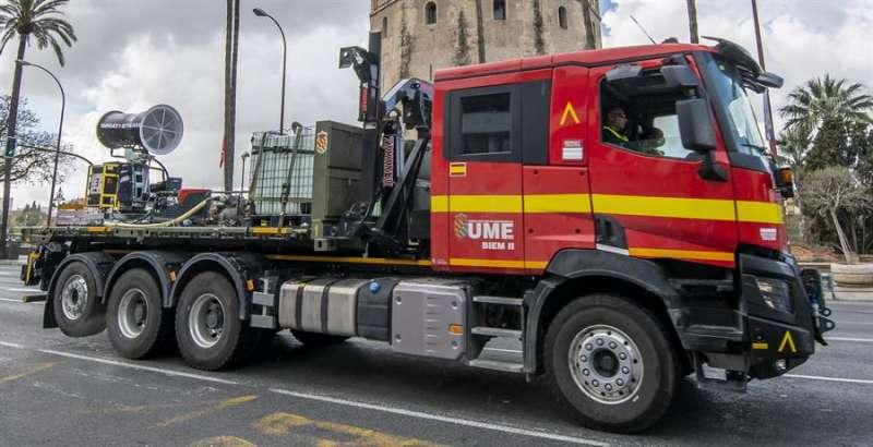 Un camión de la UME provisto de un cañón nebulizador para desinfectar grandes superficies, en una imagen de estos días. EFE/Raúl Caro