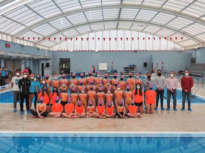 Las gimnastas del Acuático Morvedre junto a las autoridades locales, ayer en la piscina Internúcleos. / PACO QUILES