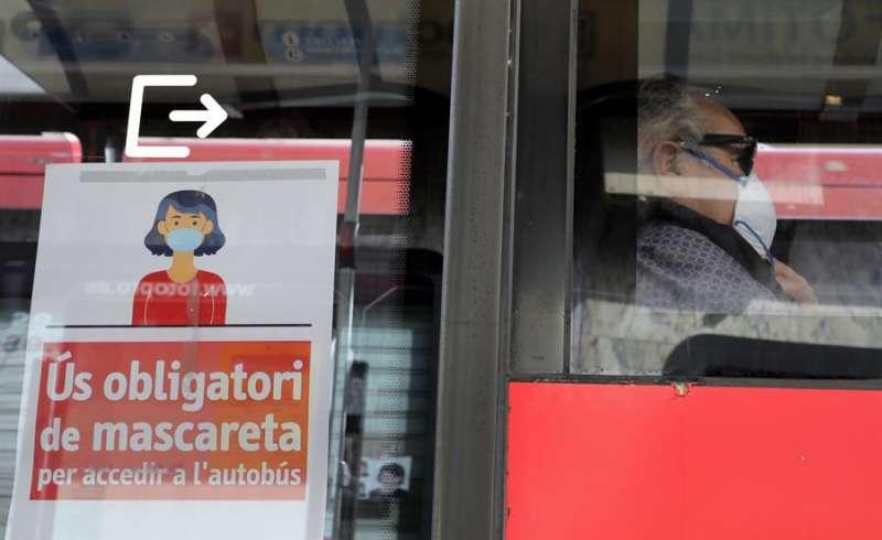 Un usuario de autobús con mascarilla. EFE
