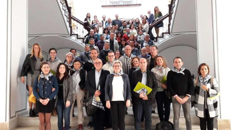 La diputada provincial de Turisme, Pilar Moncho amb representants dels diferents municipis benificiaris de les ajudes.