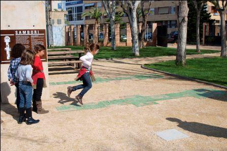 Niños jugando al tradicional y valenciano juego del sambori. Foto: EPDA