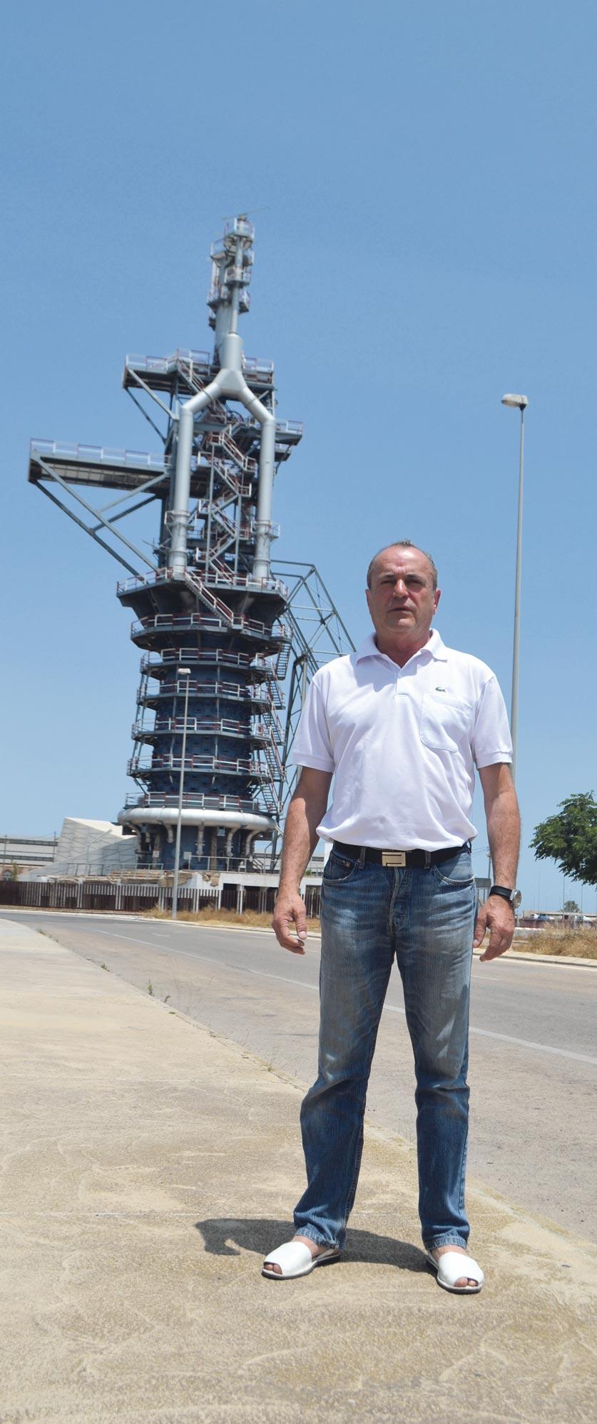 Paco Crispín, junto al Horno Alto de Puerto de Sagunto. FOTO EPDA