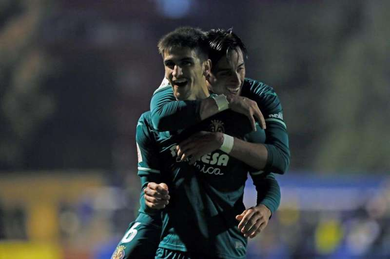 El delantero del Vaillarreal Gerard Moreno (i) celebra el gol de la victoria ante el Orihuela, durante el partido de la segunda ronda de la Copa del Rey disputado en el estadio Los Arcos. EFE/Manuel Lorenzo