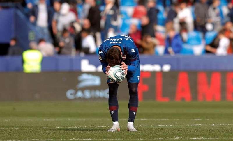 El centrocampista José Ángel Gómez Campaña del Levante, se lamenta tras perder ante el Deportivo Alavés. EFE/Kai Försterling