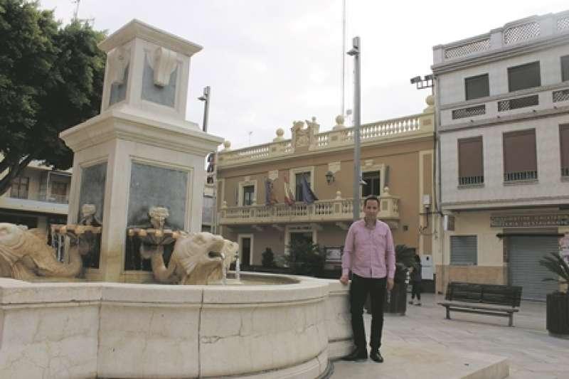 L?alcalde de Foios, Sergi Ruiz, en la plaça del Poble. EPDA