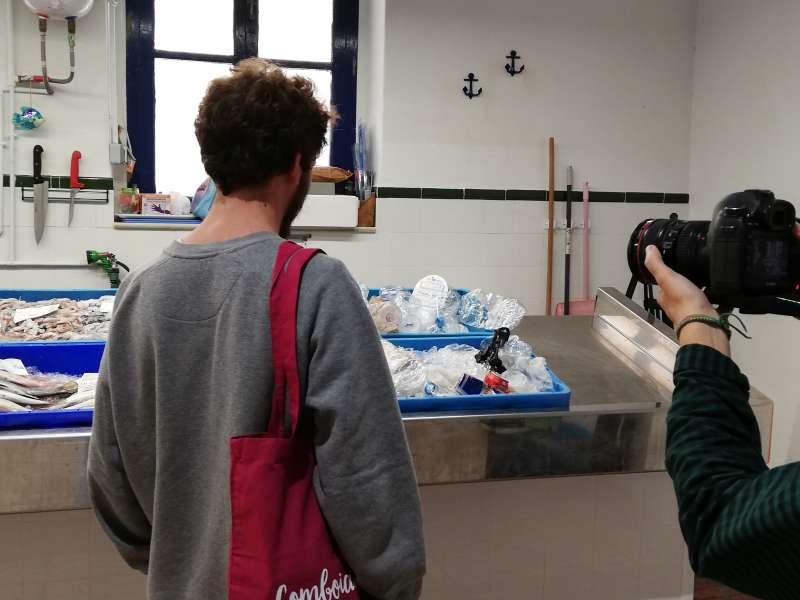 Un comprador duda entre pescado y plástico. EPDA