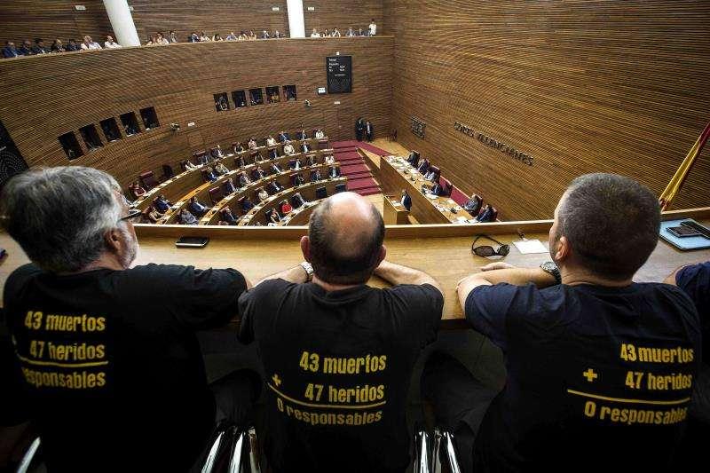 Víctimas de la Asociación Víctimas del Metro (AVM3J), asisten a un pleno de Les Corts. EFE/Archivo