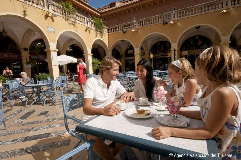 Turistas en la plaza Benidorm. EPDA