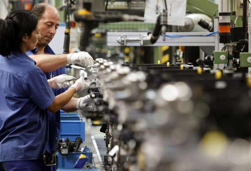 Unos operarios trabaja en la factoría Ford de Almussafes (Valencia). EFE/Kai Försterling/Archivo