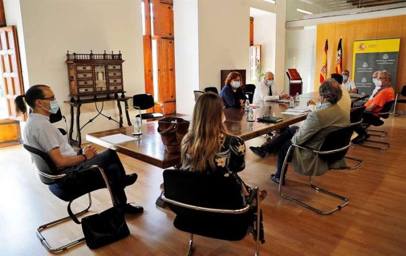 La delegada del Gobierno en la Comunitat Valenciana, Gloria Calero (c), durante la reunión mantenida con miembros de la Federación Empresarial de Hostelería de Valencia. EFE/Manuel Bruque