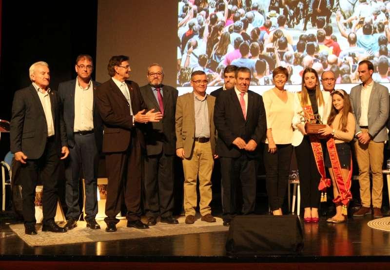 Responsables de la Peña y de la UFTAE con alcaldesa y reinas