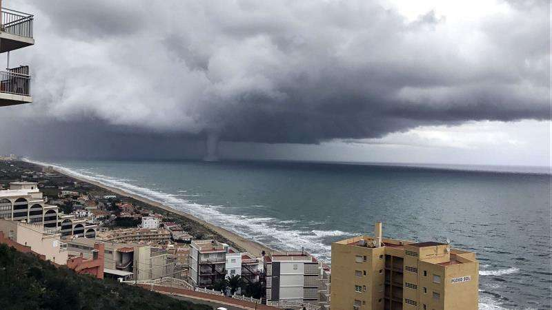 Tormenta sobre el litoral de la provincia de Valencia, en una imagen de Avamet Predicció. EFE/Archivo
