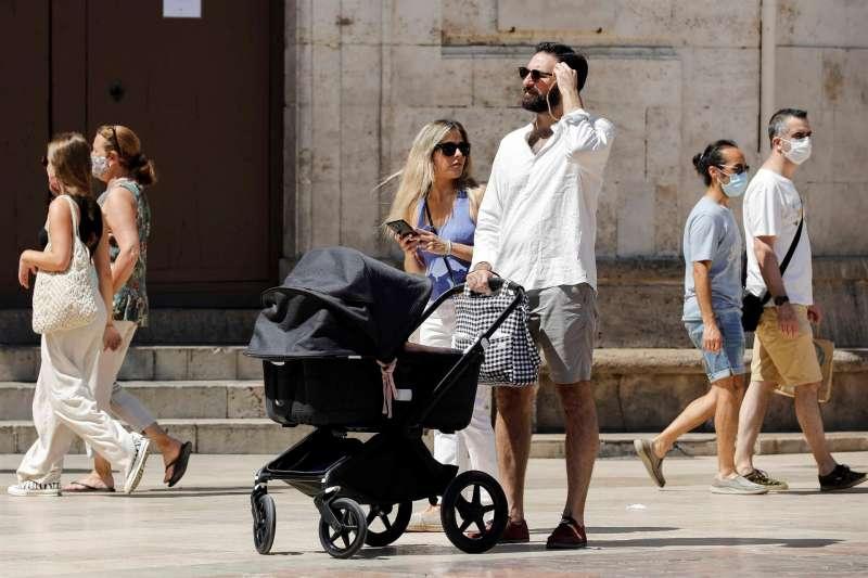 Imagen de archivo de varias personas sin mascarilla por el centro de València.