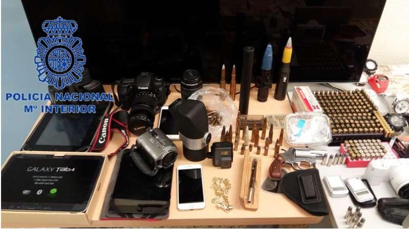 Se contó con la colaboración de la Unidad de Guías Caninos para la localización de las armas y el dinero.