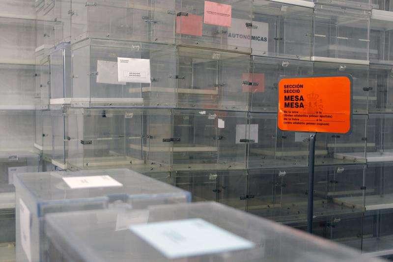 Imagen de urnas y carteles listos para su utilización en la jornada electoral del próximo domingo, 26 de mayo que hoy ha presentado el delegado del Gobierno en la Comunitat Valenciana. EFE