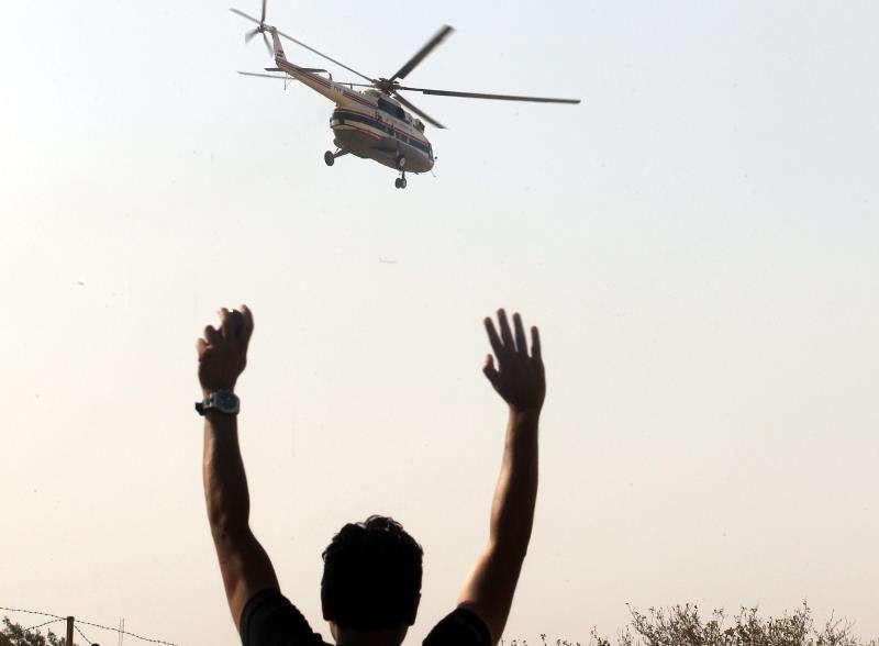 Un hombre reclama la atención de un helicóptero medicalizado. EFE/archivo