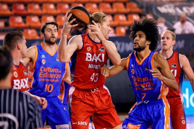 El jugador del Baxi Manresa Scott James Eatherton (c) protege un balón ante Louis Labeyrie (2-d), del Valencia Basket, durante el partido de la Liga ACB de baloncesto que disputaron en el Nou Congost de Manresa, en Barcelona. EFE/Susanna Sáez