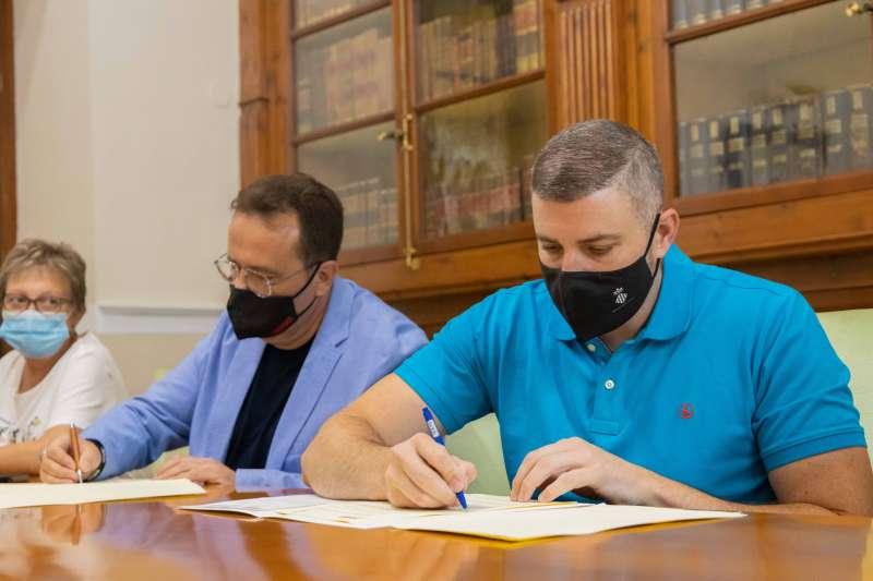 Signatura conveni Dimas Vázquez i Jordi Mayor./EPDA