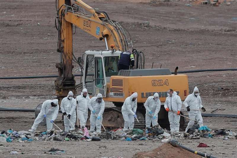 Alrededor de 30 guardias civiles, además del personal de la Entidad Metropolitana de Tratamiento de Residuos, han reanudado a primera hora de la mañana de este viernes la búsqueda del cuerpo de Marta Calvo en el vertedero de Dos Aguas (València). EFE/Kai Försterling