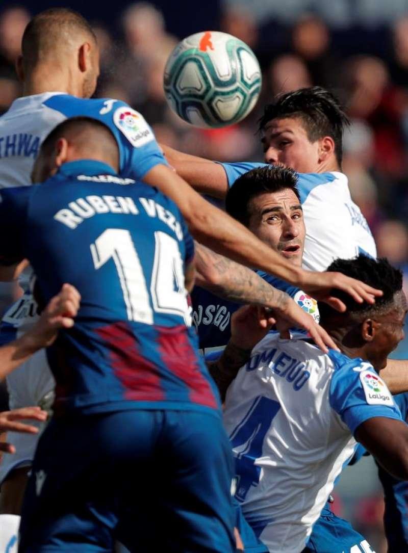 El levantinista Sergio Postigo junto a su compañero Ruben Vezo, rodeado por jugadores del Leganés. EFE/Kai Foersterling