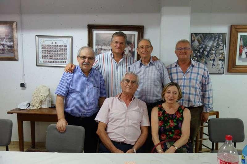 Foto de familia junto al alcalde y al cronista. FOTO EPDA
