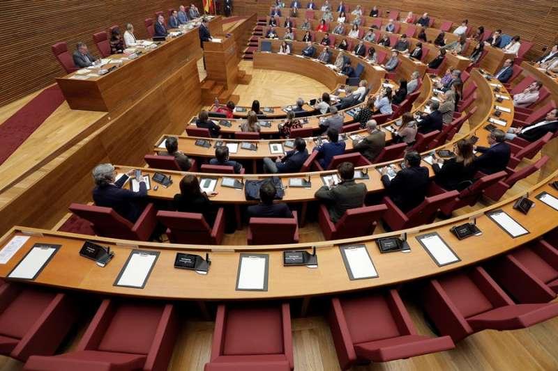 Vista general del pleno de Les Corts con la bancada del grupo parlamentario de VOX vacía a causa del contagio por coronavirus de su portavoz, Ana Vega. EFE/Kai Försterling