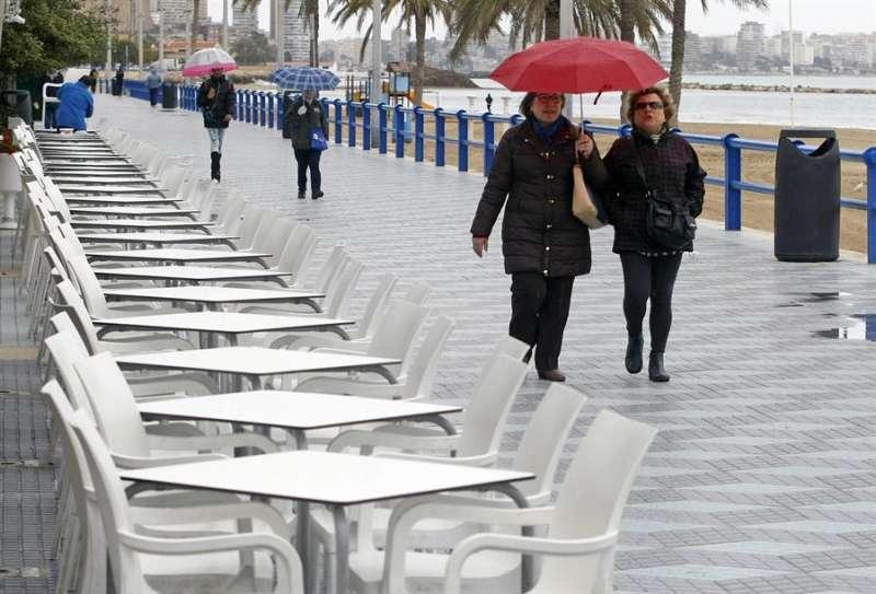 Imagen de archivo de una terraza frente a la playa del Postiguet, en Alicante. EFE