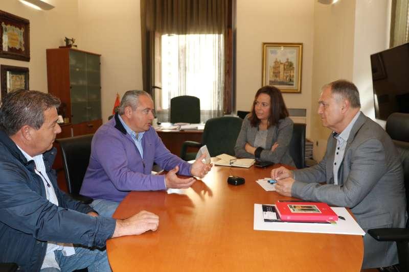 Instante de la reunión con el Presidente de la Comunitat de Regantes. / EPDA
