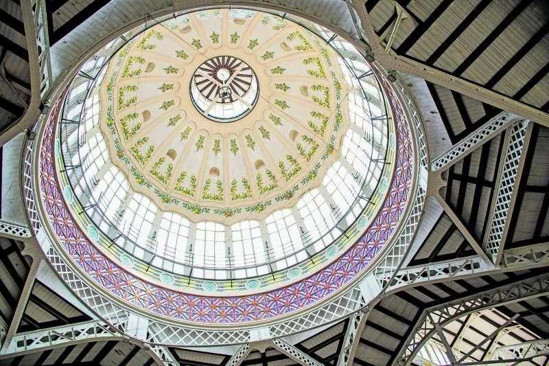 Las cúpulas de los mercados de València son auténticas joyas arquitectónicas llenas de historia./ maría carbonell