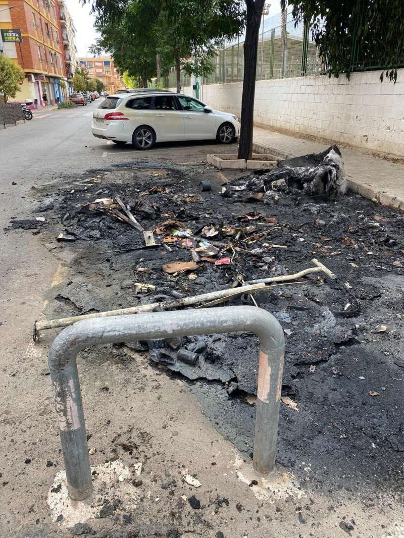 Resto de los contenedores quemados en Burjassot./ Twitter de Marcos Campos