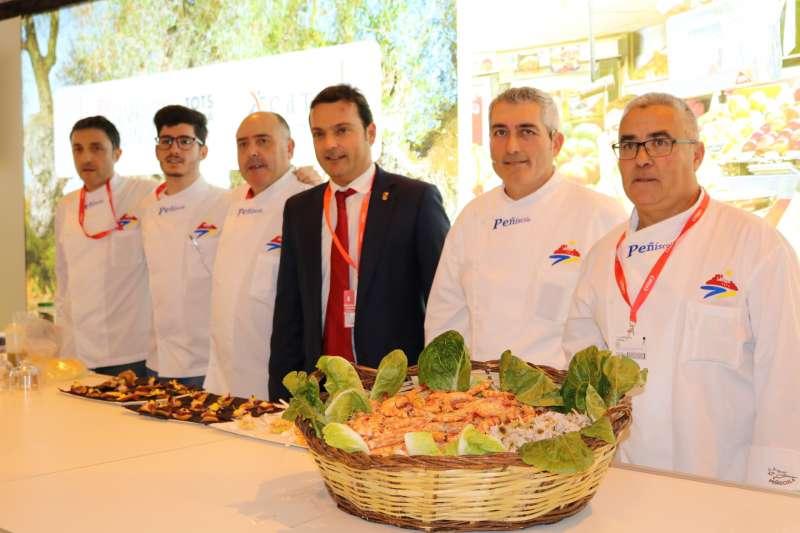 El alcalde de Peñíscola junto con chefs para la presentación de su gastronomía en Fitur 2018.