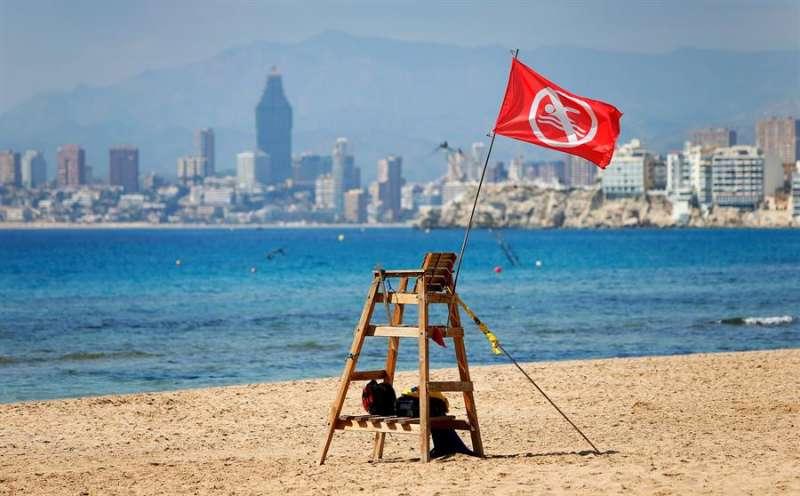 Imagen de la playa de Benidorm cerrada al público por la pandemia del coronavirus. EFE/ Manuel Lorenzo