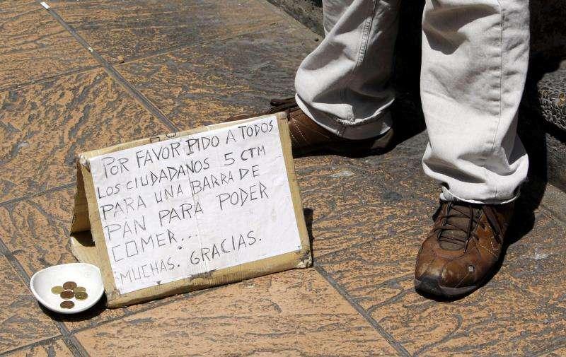 Un hombre pide limosna en la calle. EFE/Archivo